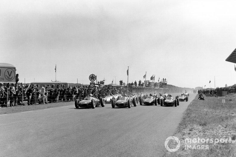 Phil Hill, Wolfgang von Trips y Richie Ginther, Ferrari Dino 156, lideran la salida.