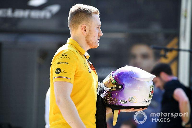 Un membro del Team Renault con il casco di Daniel Ricciardo