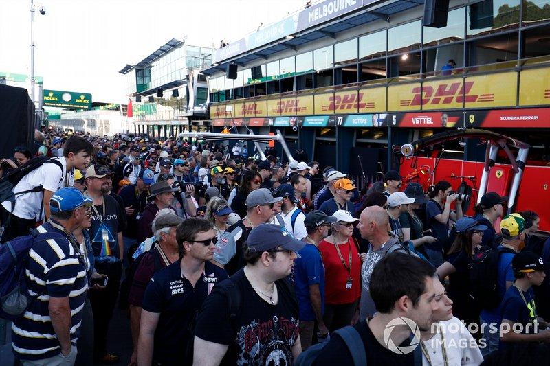 I fan della F1 camminano lungo la Pit Lane