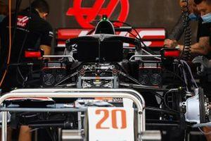 Los mecánicos de Haas trabajan en el garaje del equipo