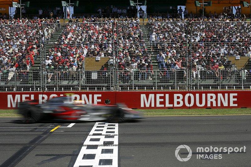 Lewis Hamilton, McLaren MP4-22 Mercedes, franchit la ligne d'arrivée de son premier GP en 3e place
