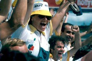 Jean Sage, y los mecánicos de Renault celebran su victoria