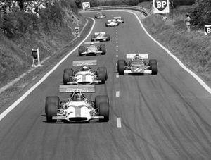 Pedro Rodríguez, BRM P153 lidera a su compañero de equipo Jackie Oliver e Ignazio Giunti, Ferrari 312B