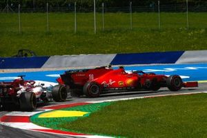 Charles Leclerc, Ferrari SF1000, et Sebastian Vettel, Ferrari SF1000 s'accrochent dans le premier tour