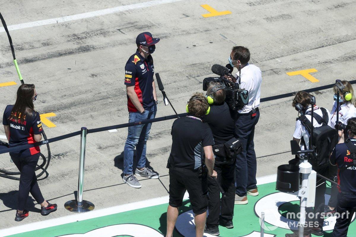 Max Verstappen, de Red Bull Racing, es entrevistado antes de la carrera
