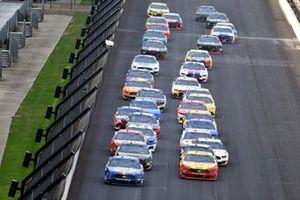 Restart: Kevin Harvick, Stewart-Haas Racing, Ford Mustang Busch Light Patriotic, Joey Logano, Team Penske, Ford Mustang Shell Pennzoil