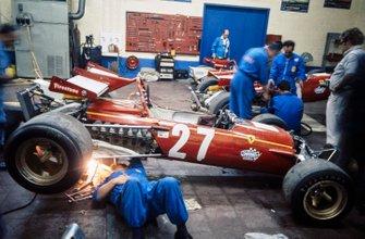 Los mecánicos trabajan en el Ferrari 312B de Jacky Ickx en el garaje