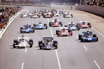 Emerson Fittipaldi, Lotus 72D Ford, Denny Hulme, McLaren M19A Ford and Jackie Stewart, Tyrrell 003 Ford lead at the start