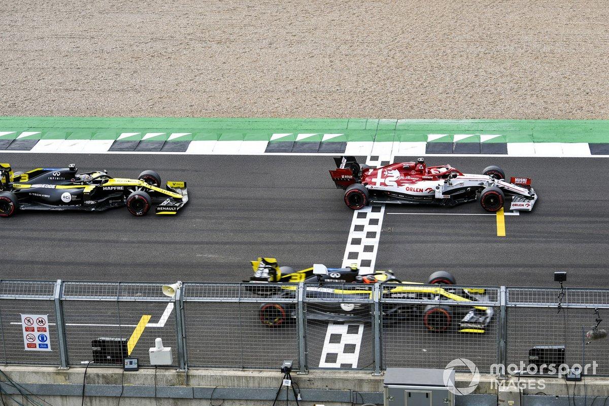 Kimi Raikkonen, Alfa Romeo Racing C39, Esteban Ocon, Renault F1 Team R.S.20, and Daniel Ricciardo, Renault F1 Team R.S.20, prova la procedura di partenza