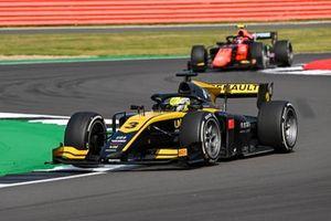 Guanyu Zhou, UNI-Virtuosi, precede Felipe Drugovich, MP Motorsport
