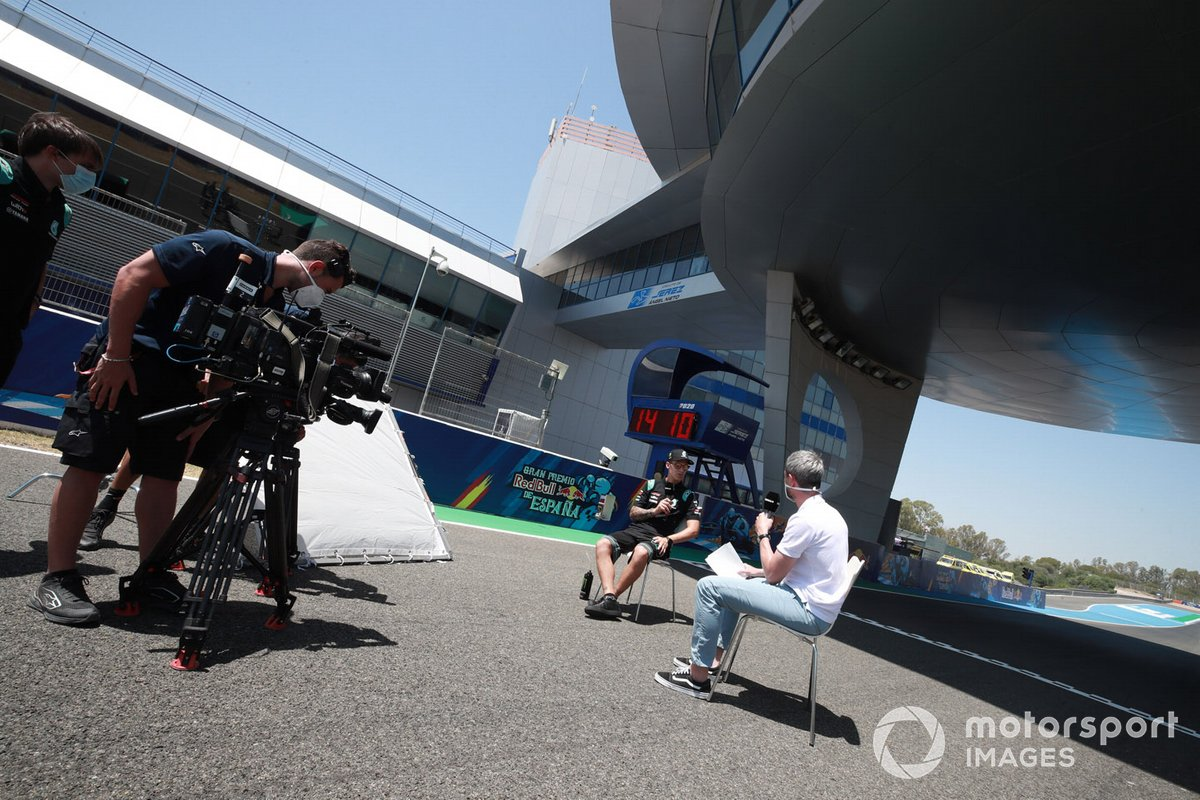 Equipos de TV trabajando en el paddock de Jerez