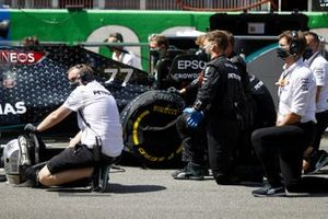Mechanics on the grid with Valtteri Bottas, Mercedes F1 W11 EQ Performance