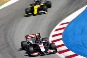 Kevin Magnussen, Haas VF-20, leads Esteban Ocon, Renault F1 Team R.S.20