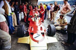 John Miles, Lotus 72C Ford, dans les stands avec ses mécaniciens