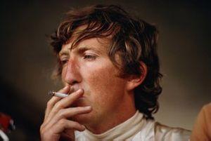 Jochen Rindt fuma un cigarrillo en los pits