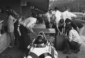Jackie Oliver, BRM P153 en pits