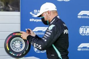 Valtteri Bottas, Mercedes-AMG Petronas F1, signs the Pirelli Pole Position award