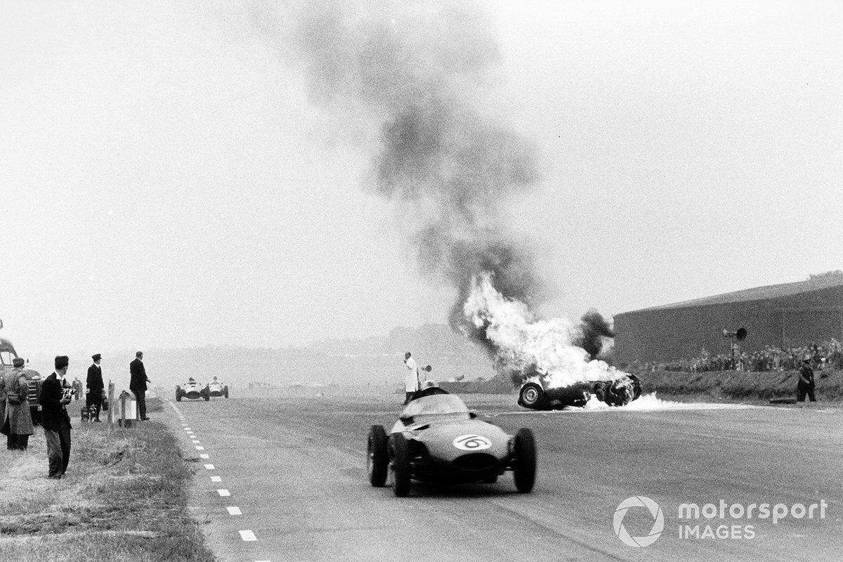 Спустя 15 кругов BRM пришлось окончательно распрощаться с надеждами: Брукс остановился для ремонта заедавшей педали газа, а вскоре после возвращения на трассу машина окончательно стала неуправляемой, выбросила пилота из кокпита, перевернулась и загорелась
