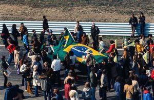 Fans mit Flagge von Brasilien