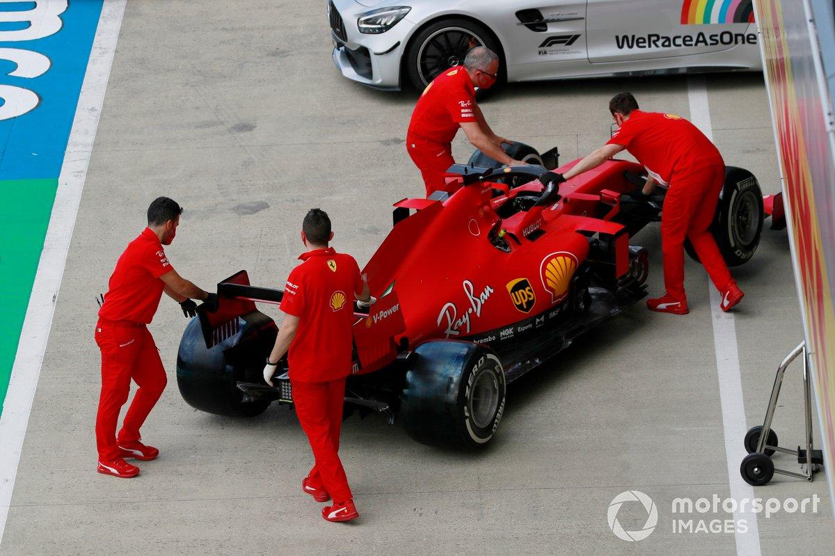 El Ferrari SF1000 de Sebastian Vettel es empujado por los mecánicos en el pit lane