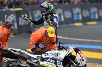 После аварии: Хоан Мир, Team Suzuki Ecstar, и Карел Абрагам, Reale Avintia Racing