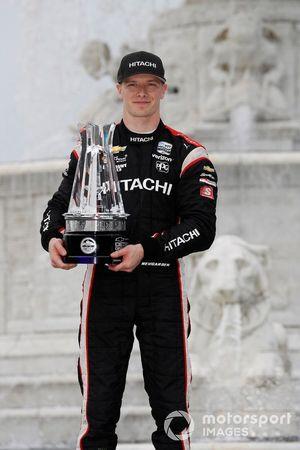 Josef Newgarden, Team Penske Chevrolet, celebra la victoria en el podio