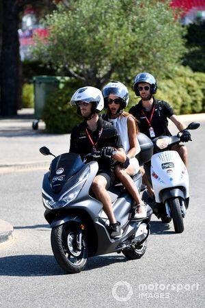 Romain Grosjean, Haas F1, sur un scooter avec sa femme Marion Jolles