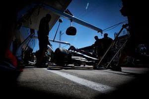 Valtteri Bottas, Mercedes AMG W10, dans la pit lane