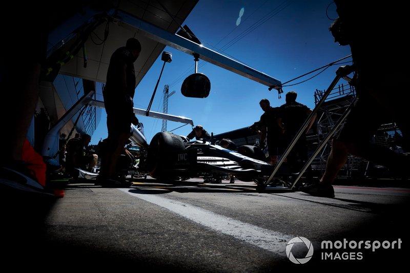 Valtteri Bottas, Mercedes AMG W10, nella pit lane