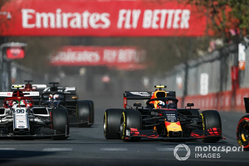Pierre Gasly, Red Bull Racing RB15, devant Antonio Giovinazzi, Alfa Romeo Racing C38