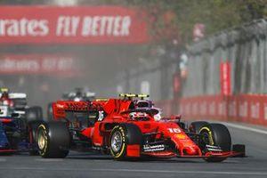Charles Leclerc, Ferrari SF90, voor Lance Stroll, Racing Point RP19, Alexander Albon, Toro Rosso STR14