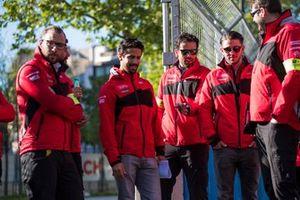 Lucas Di Grassi, Audi Sport ABT Schaeffler, inspects the track with his team