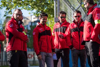 Lucas Di Grassi, Audi Sport ABT Schaeffler, inspects the track with his team