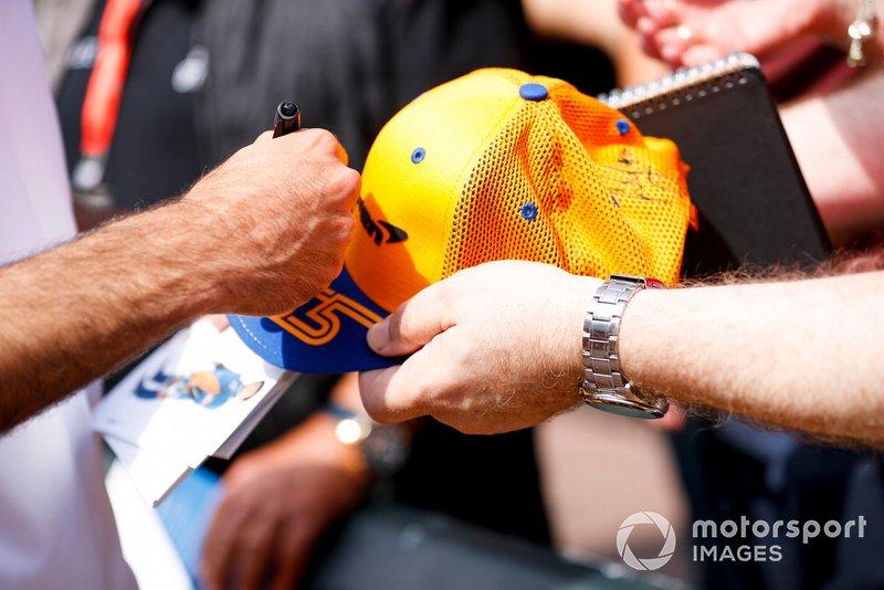 Carlos Sainz Jr., McLaren firma un autógrafo para un aficionado