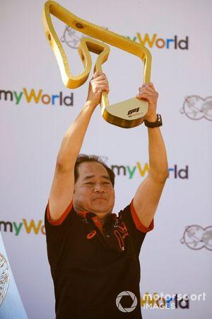 Masashi Yamamoto, manager général de Honda Motorsport, sur le podium avec le trophée