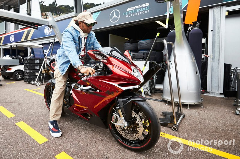 Lewis Hamilton, Mercedes AMG F1 en moto