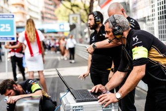 DS TECHEETAH engineers prepare for the race on the grid