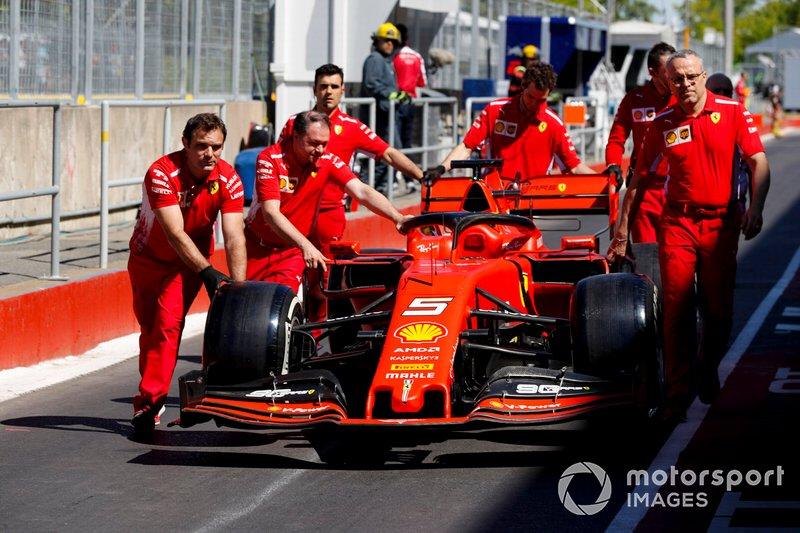 I meccanici Ferrari spingono la monoposto di Sebastian Vettel, Ferrari SF90 lungo la pit lane