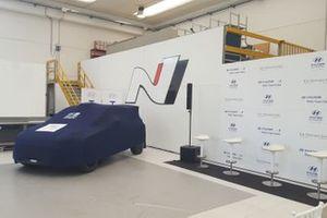 Auto coperta allo stand, presentazione di Hyundai Rally Team Italia