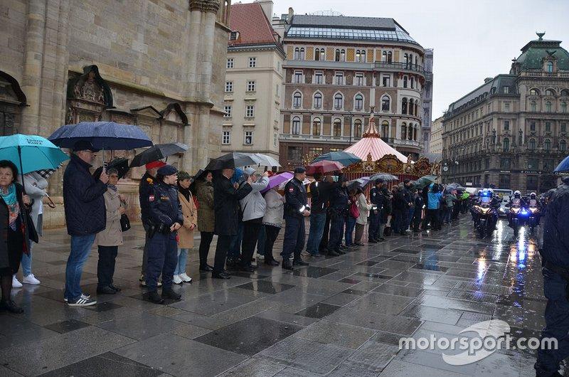 Kurz vor 8:00 Uhr: Der Leichnam Niki Laudas kommt am Stephansdom an ...
