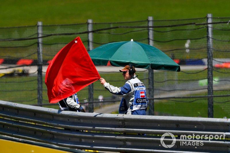 Comisarios agitan la bandera roja en la FP1 del GP de Austria