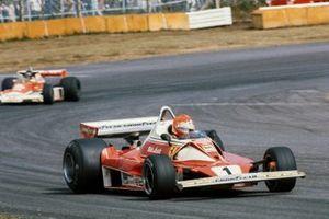 Niki Lauda, Ferrari 312T2 lidera a James Hunt, McLaren M23