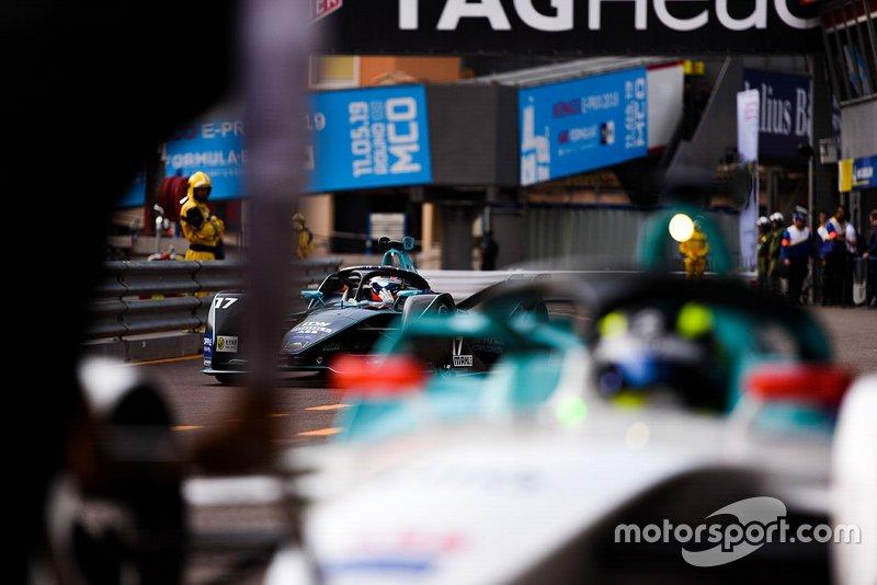 Gary Paffett, HWA Racelab, VFE-05 in the pit lane