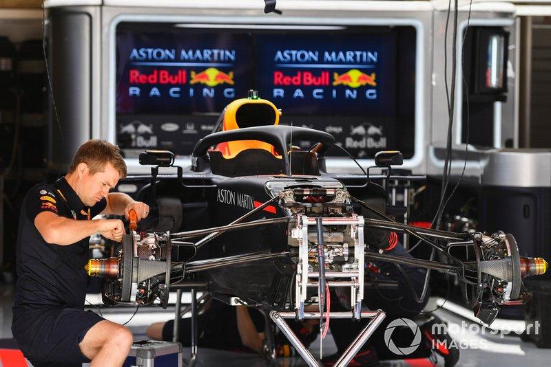 Des mécaniciens travaillent sur la Red Bull Racing RB15