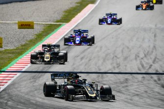 Romain Grosjean, Haas F1 Team VF-19, devant Kevin Magnussen, Haas F1 Team VF-19, Daniil Kvyat, Toro Rosso STR14, et Alexander Albon, Toro Rosso STR14