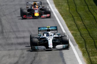 Valtteri Bottas, Mercedes AMG W10, voor Max Verstappen, Red Bull Racing RB15
