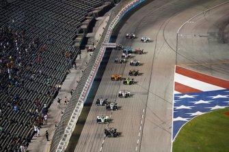 Josef Newgarden, Team Penske Chevrolet lidera la reanudación final mientras Graham Rahal, Rahal Letterman Lanigan Racing Honda y Simon Pagenaud, Team Penske Chevrolet hacen contacto