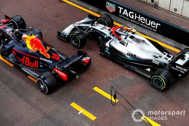 Max Verstappen, Red Bull Racing RB15, e Valtteri Bottas, Mercedes AMG W10