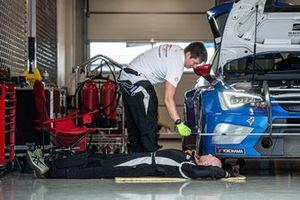 Механики Neva Motorsport работают с углами установками