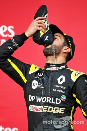 Podium: third place Daniel Ricciardo, Renault F1 Team celebrate with a shoey
